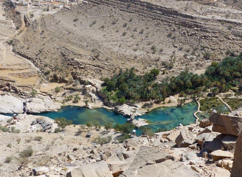 Guardare dall'alto in basso Wadi Bani Khalid immagini stock