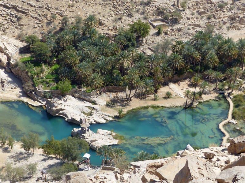 Guardare dall'alto in basso Wadi Bani Khalid, l'Oman fotografie stock libere da diritti