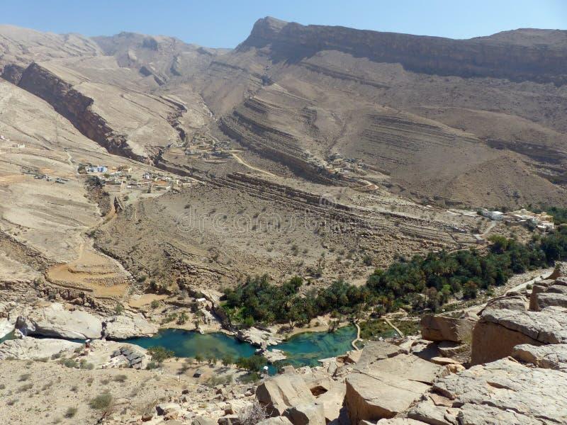 Guardare dall'alto in basso Wadi Bani Khalid, l'Oman fotografia stock libera da diritti