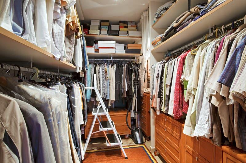 Guardaroba con molti vestiti immagine stock