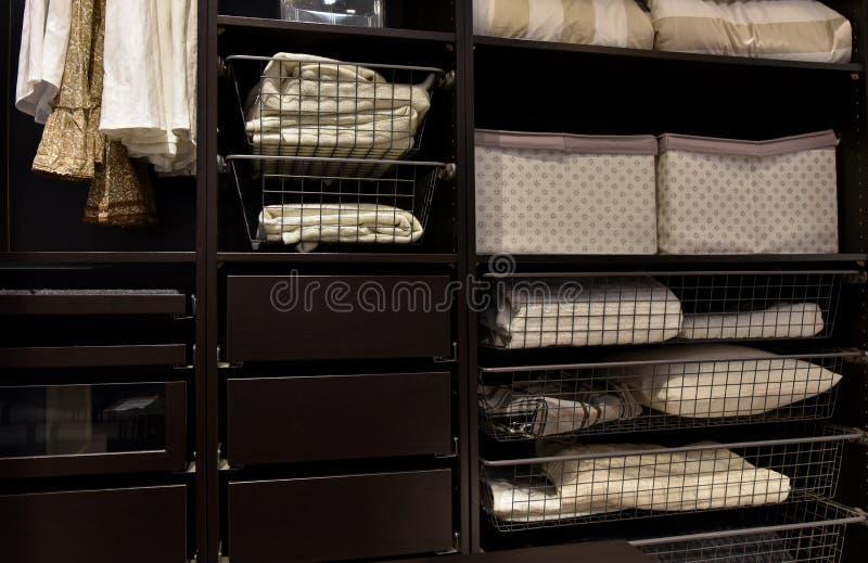 Guardaroba organizzato del gabinetto immagine stock