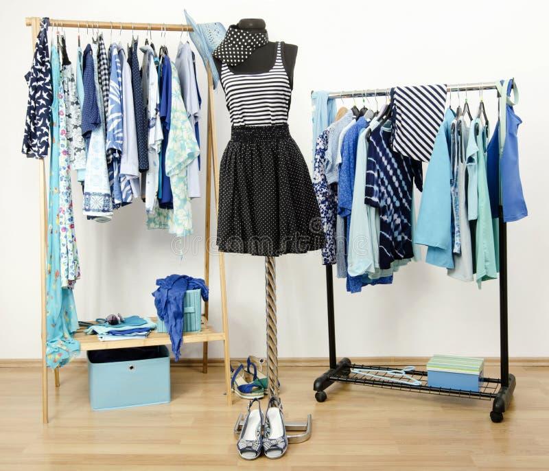 Guardaroba in pieno di tutte le tonalità dei vestiti, delle scarpe e degli accessori blu. fotografia stock libera da diritti