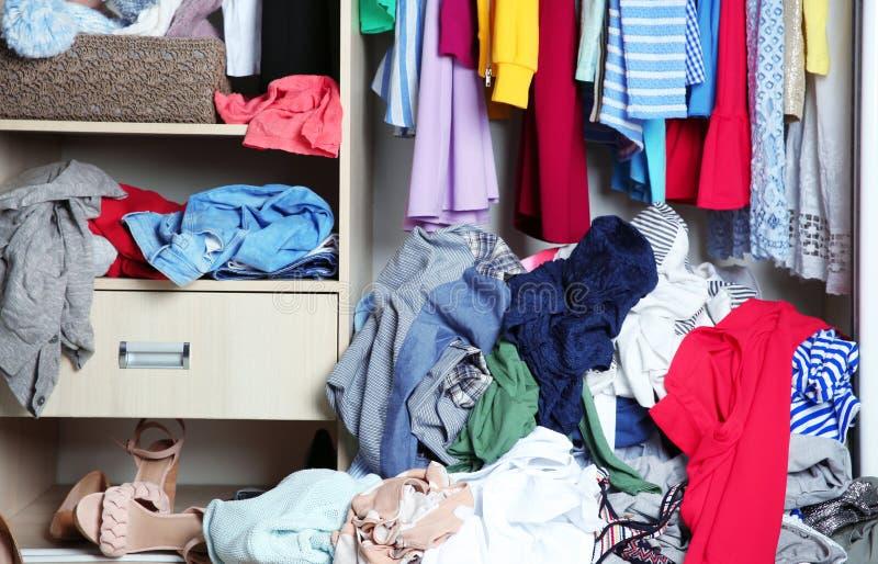 Guardarropa con ropa sucia, fotografía de archivo