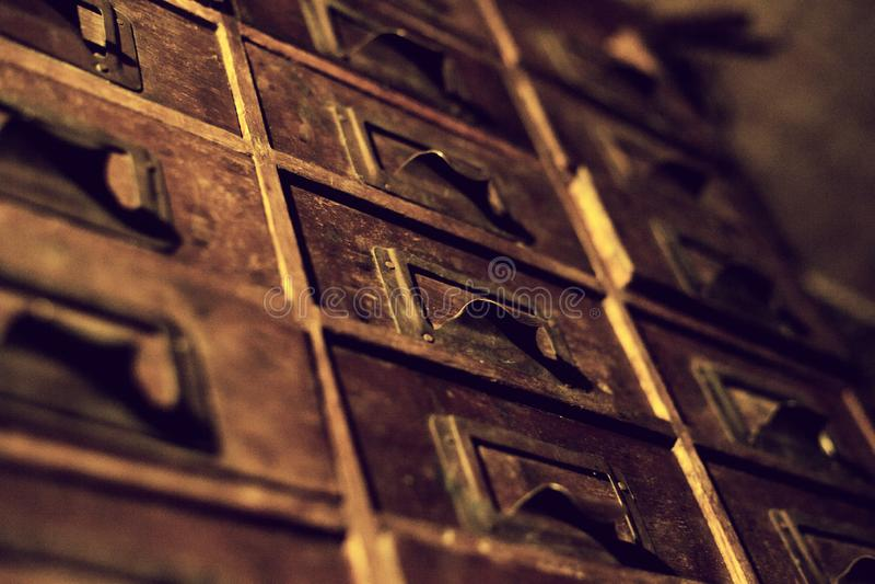 Guardarropa de madera viejo con los peque?os cajones para almacenar las letras, vintage retro-seguro, mini-guardarropa hecho a ma fotos de archivo libres de regalías