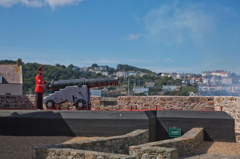 Guardas Atirando A Arma Do Dia Do Noon Em Castle Cornet, St Peter Port, Guernsey, Ilhas do Canal fotos de stock