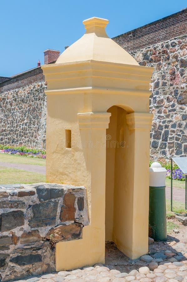 Guarde a cabana na frente do castelo da boa esperança em Cape Town, foto de stock