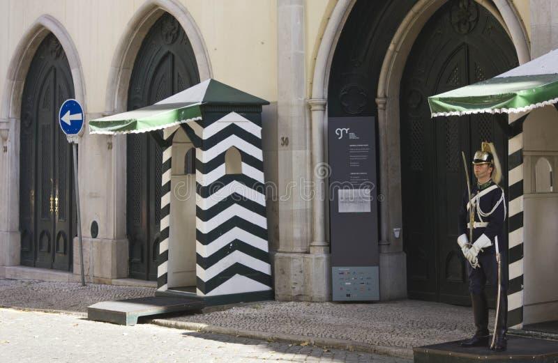 Guarde delante de la entrada del guardia republicano nacional portugués foto de archivo