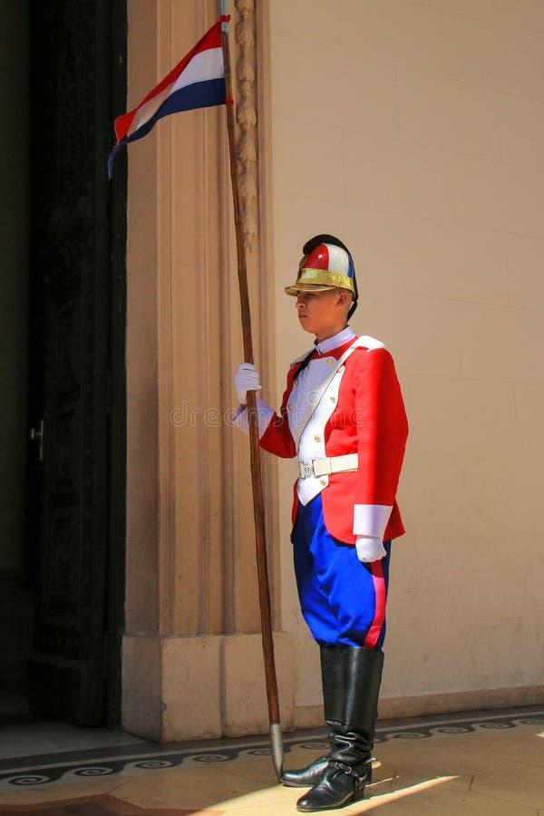 Guarde hacer una pausa la entrada al panteón nacional del héroe imagen de archivo