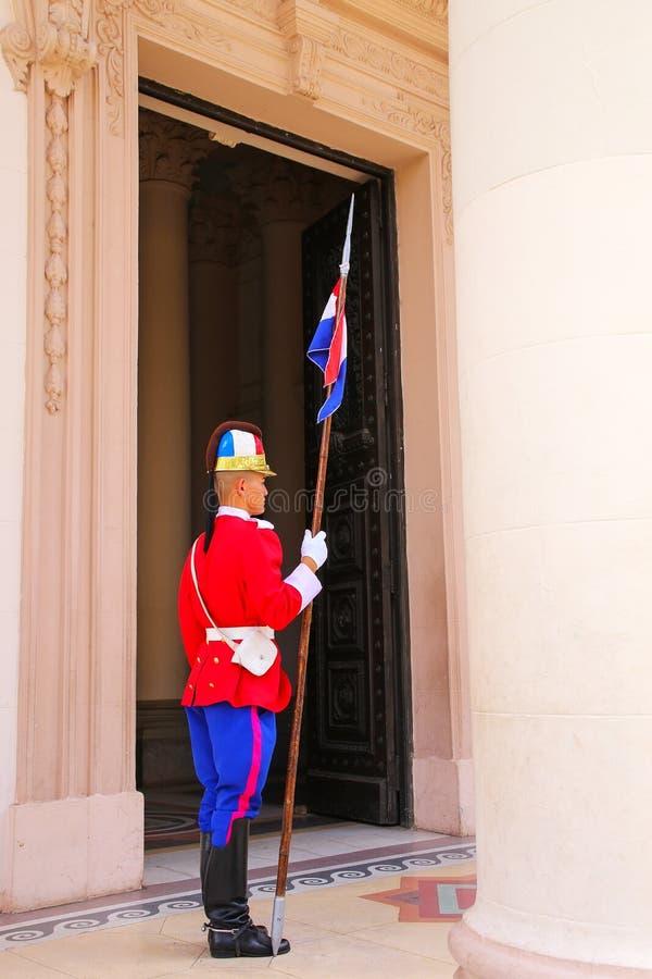 Guarde hacer una pausa la entrada al panteón nacional del héroe imagen de archivo libre de regalías