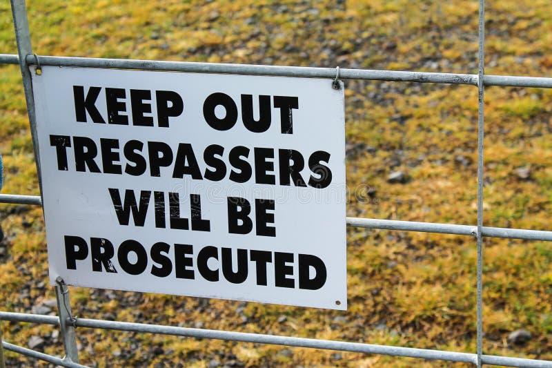 Guarde hacia fuera los tresspassers será muestra procesada imagenes de archivo