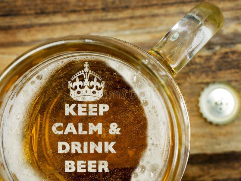 Guarde la calma un tener una cerveza fotos de archivo
