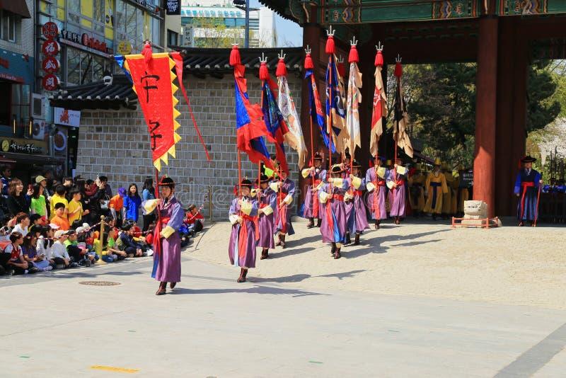 Guarde la ceremonia del cambio en las puertas del palacio de Deoksugung fotos de archivo