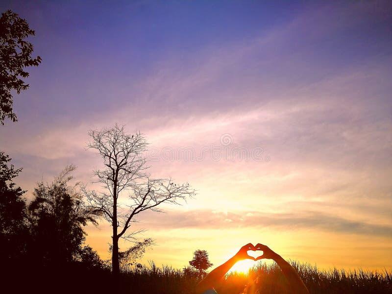 Guarde la mano y guarde la mano del corazón puede apoyar a.C. su anytiime del calor fotos de archivo