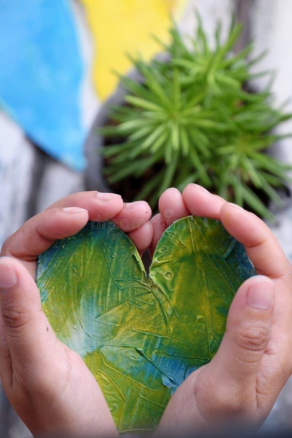 Guarde o coração nas mãos foto de stock royalty free