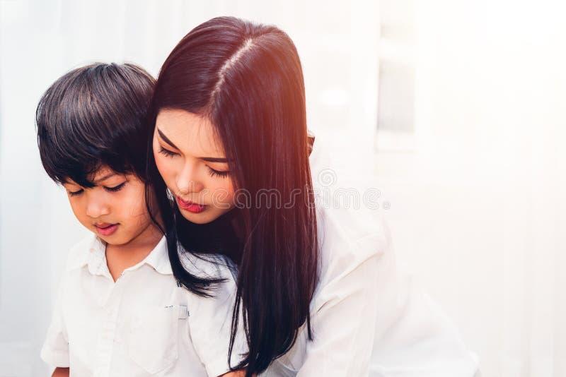 Guardería del muchacho del niño del niño y madre hermosa foto de archivo