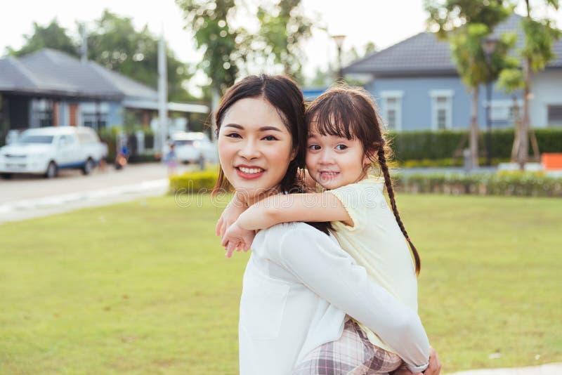 Guardería feliz de la muchacha del hijo del niño de los niños de la familia que juega al CCB del paseo fotos de archivo