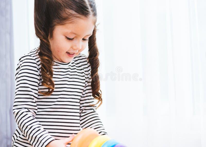 Guardería hermosa del bebé que juega la educación del juguete del lazo imagen de archivo