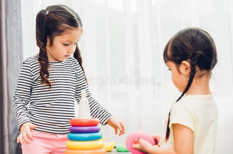 Guardería hermosa del bebé que juega la educación del juguete del lazo foto de archivo