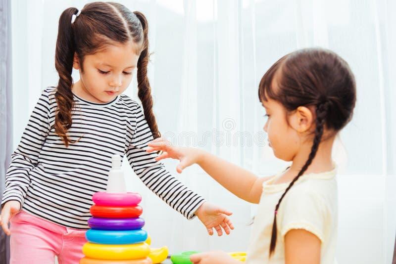 Guardería hermosa del bebé que juega la educación del juguete del lazo imágenes de archivo libres de regalías