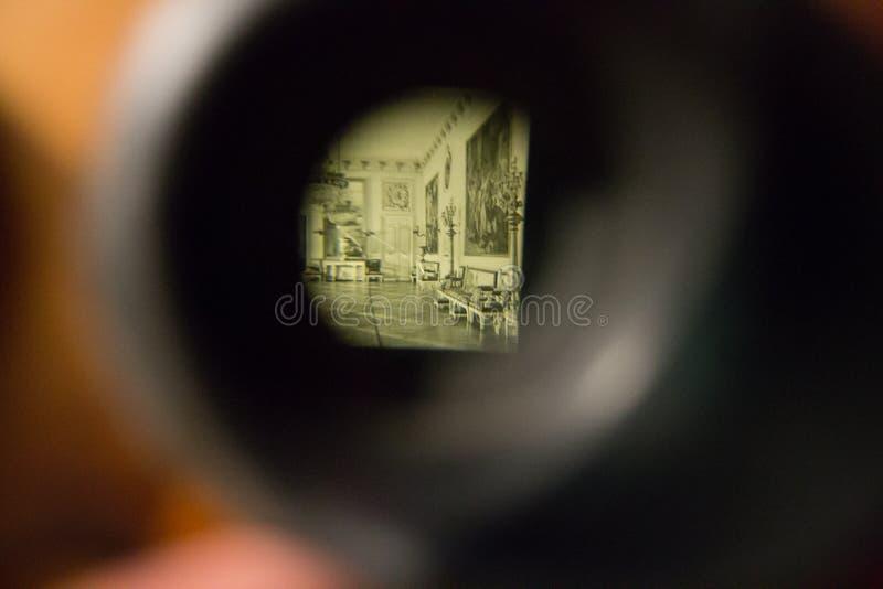 Guardi attraverso il lense fotografie stock libere da diritti