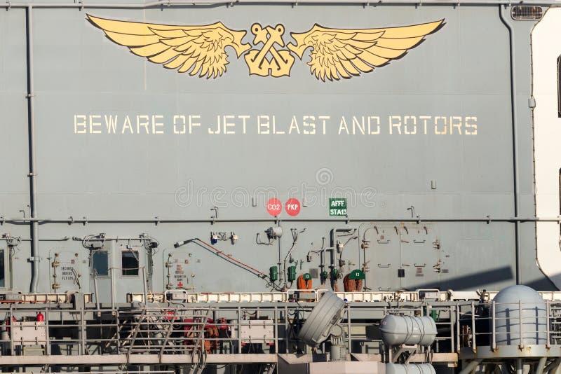 Guardi da dello scoppio di getto ed i rotori firmano sulla piattaforma del USS Bonhomme Richard fotografia stock libera da diritti