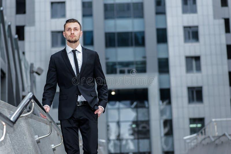 Guardi fuori per il sogno L'uomo d'affari attraente con una barba è t fotografia stock libera da diritti