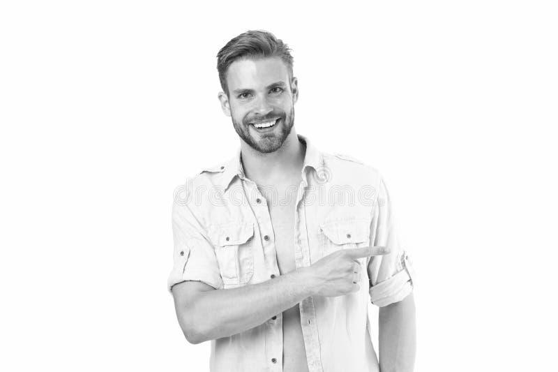 Guardi l? Tipo barbuto bello dell'uomo che sorride sul fondo bianco isolato Indicare macho di sorriso allegro del tipo da partegg fotografia stock libera da diritti
