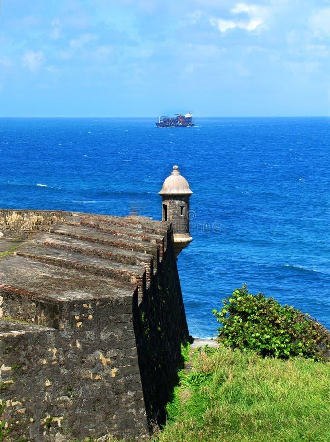 Guardi la torre dal mare al castello di San Cristobal immagine stock libera da diritti