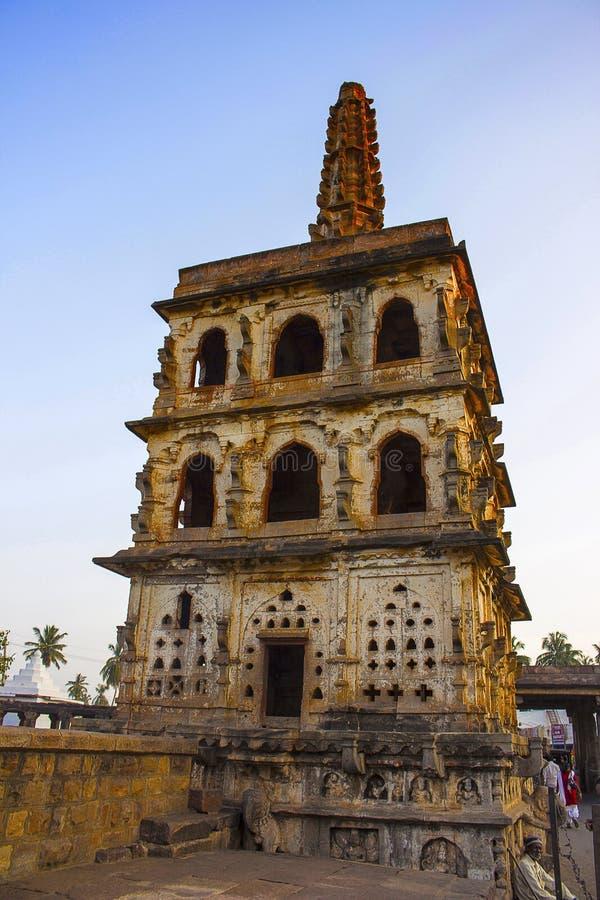 Guardi la torre, il tempio di Banashankari, la facciata del Karnataka, India, Badami immagini stock libere da diritti