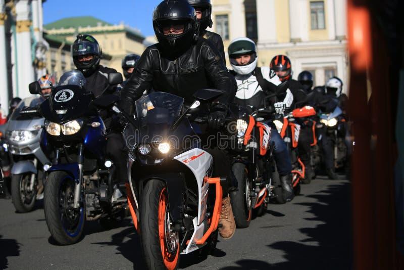 Guardi lungo un convoglio organizzato di motorbikers un giorno soleggiato fotografia stock