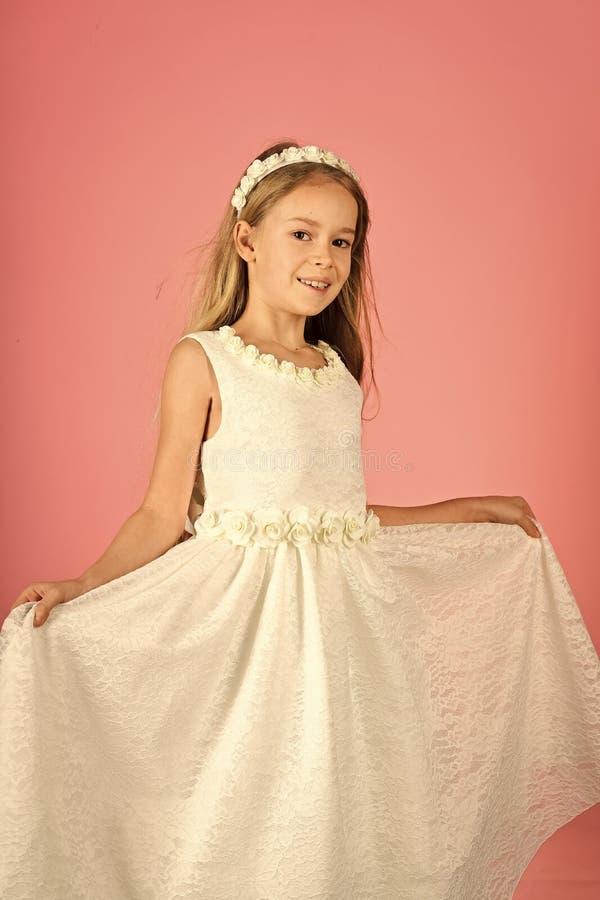 Guardi, parrucchiere, trucco Modello di moda su fondo rosa, bellezza Modo e bellezza, piccola principessa Ragazza del bambino den immagine stock libera da diritti