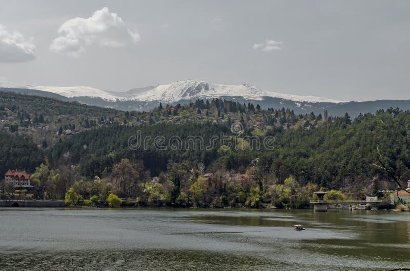 Guardi verso l'ambiente della diga pittoresca di primavera fotografia stock
