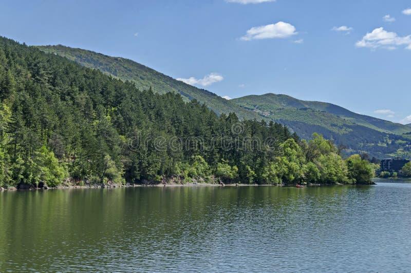 Guardi verso l'ambiente della diga pittoresca di primavera e della montagna di Lozen, Pancharevo fotografie stock