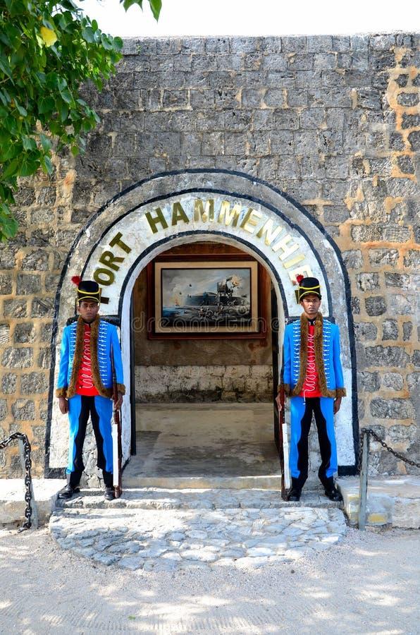 Guardia cerimoniale del supporto della sentinella del soldato due all'entrata all'hotel forte Jaffna Sri Lanka di Hammenhiel fotografie stock