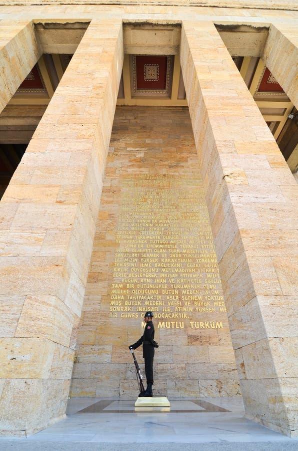 Guardia davanti al mausoleo di Ataturk a Ankara Turchia fotografie stock