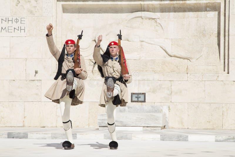 Guardia davanti al Parlamento greco, il 17 maggio 2014 atene fotografia stock libera da diritti