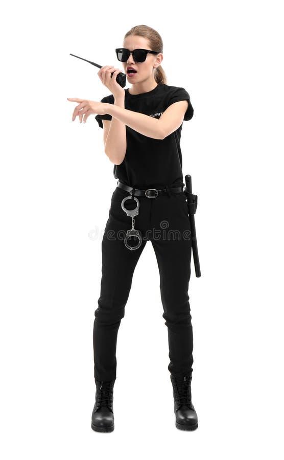 Guardia de seguridad femenino usando transmisor de la radio portátil fotografía de archivo