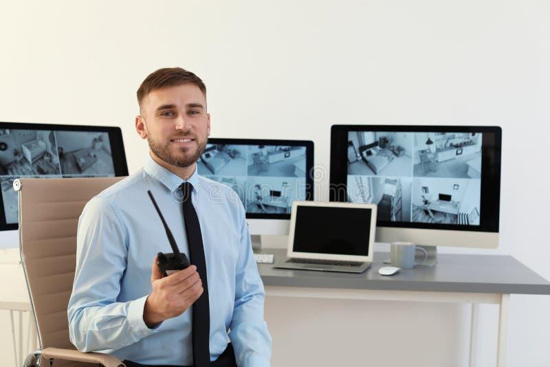 Guardia de seguridad masculino con el transmisor portátil imagen de archivo libre de regalías