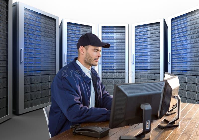 guardia de seguridad que trabaja en su oficina con los servidores detrás de él fotografía de archivo