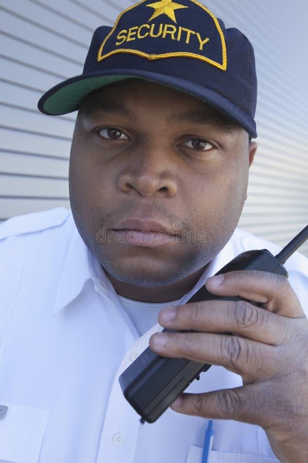 Guardia de seguridad Using Walkie Talkie foto de archivo