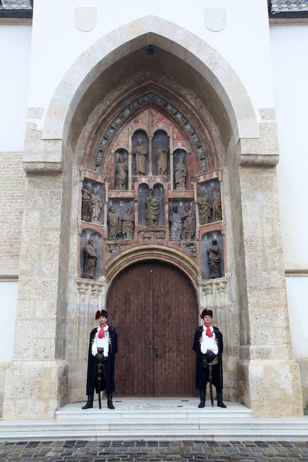 Guardia del honor del regimiento del pañuelo en el portal del sur de la iglesia de St Mark en Zagreb imagen de archivo