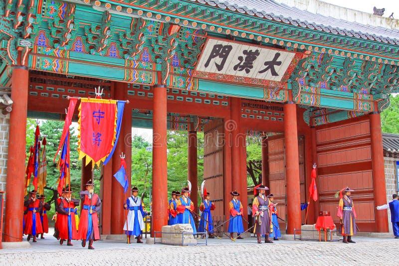 Guardia del palacio de Deoksugung imagenes de archivo