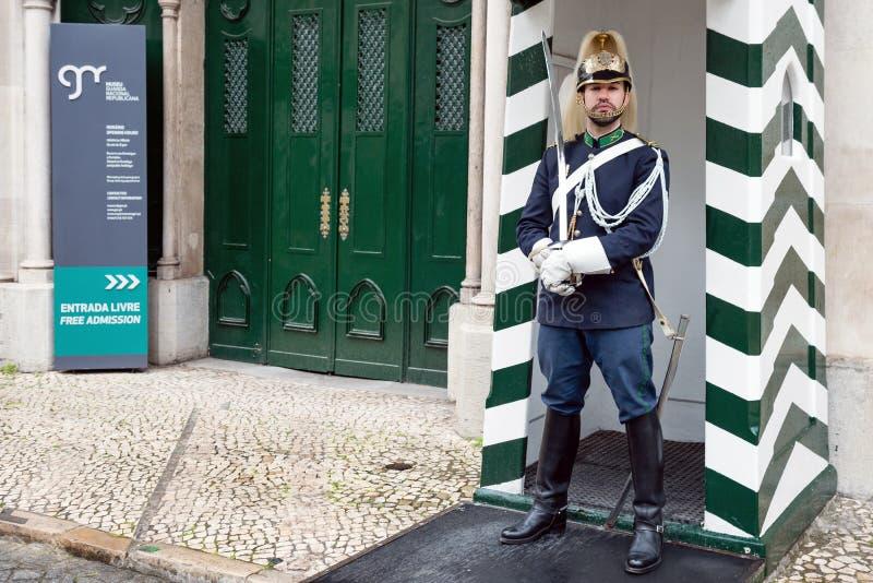 Guardia delante del museo del guardia republicano nacional, Lisboa, Portugal foto de archivo libre de regalías