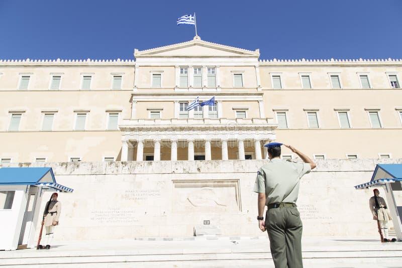 Guardia delante del parlamento griego, mayo de 2014 atenas fotos de archivo
