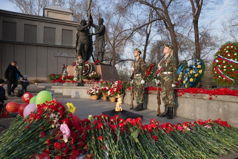 Guardia di onore alla fiamma eterna vicino all'edificio di Victory Memorial durante la celebrazione di Victory Day fotografia stock libera da diritti