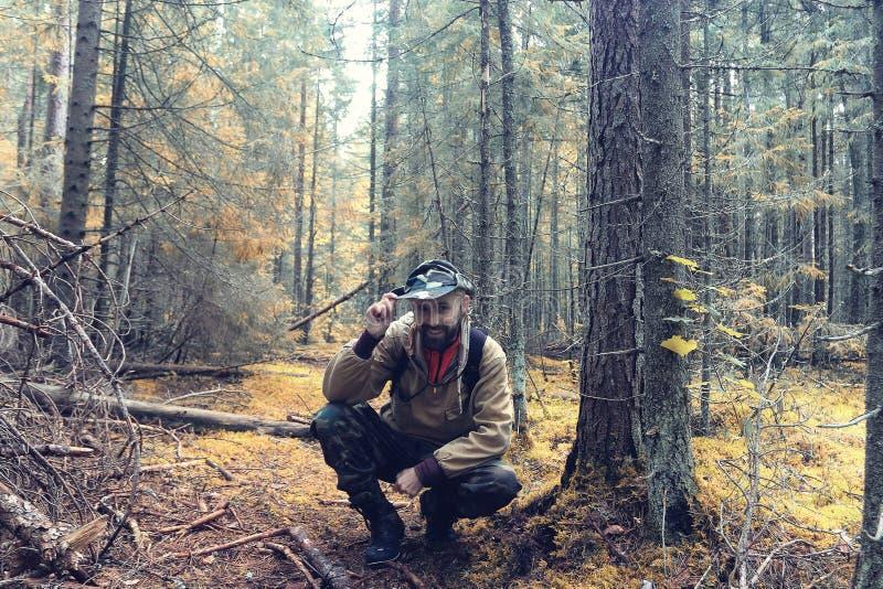 Guardia forestale nella foresta di autunno fotografie stock