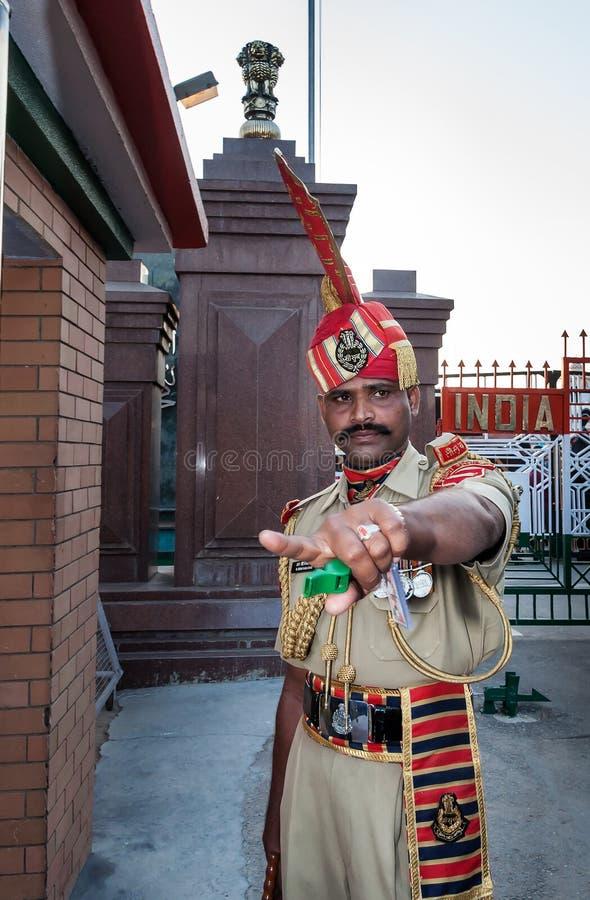 Guardia indiana nella cerimonia di chiusura del confine del India-Pakistan Wagah fotografia stock libera da diritti