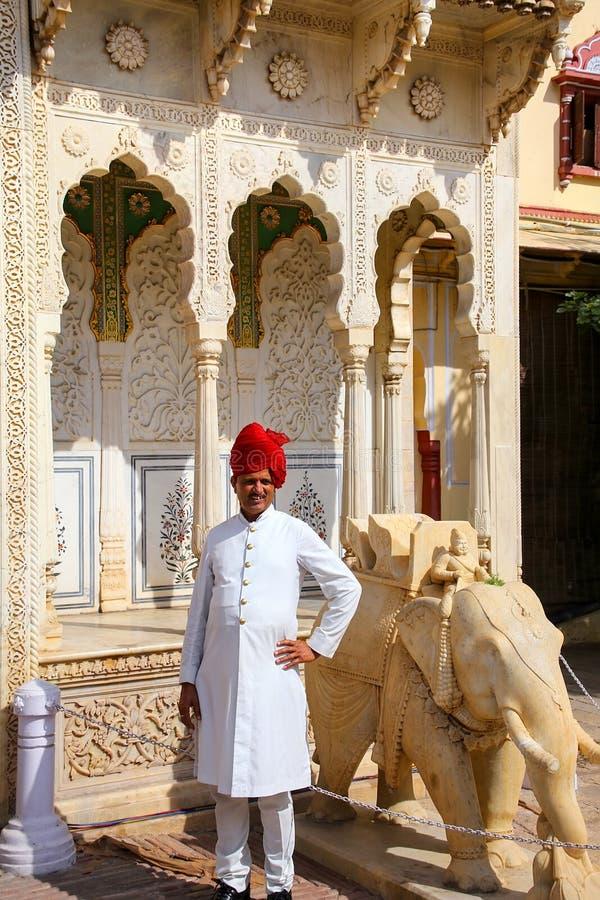 Guardia indio que se coloca en Rajendra Pol en palacio de la ciudad de Jaipur imágenes de archivo libres de regalías