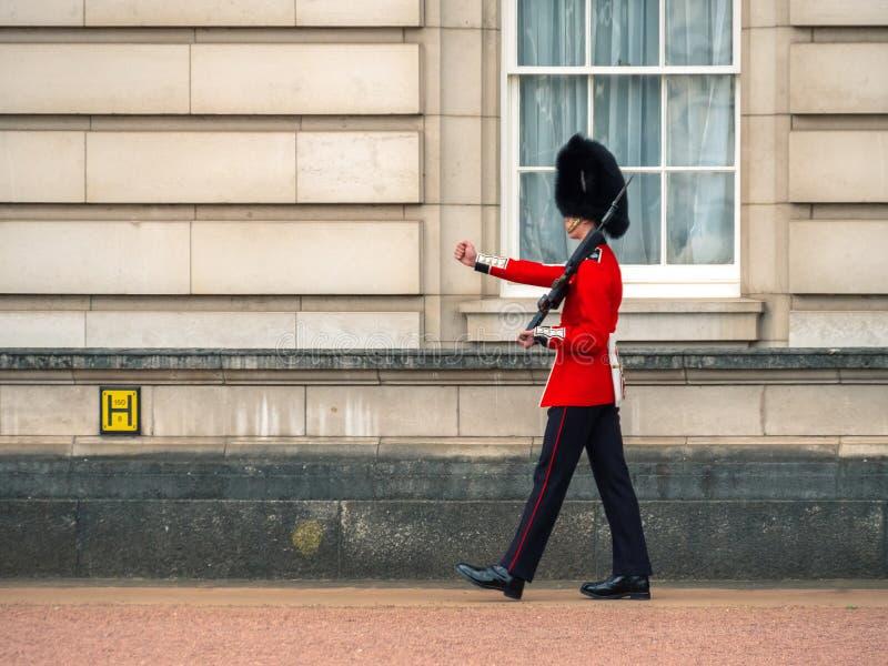 Guardia ingl?s que patrulla en el Buckingham Palace imágenes de archivo libres de regalías