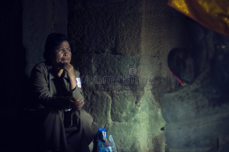 Guardia notturna all'interno di Angkor Wat (tempiale di Bayon) immagine stock libera da diritti